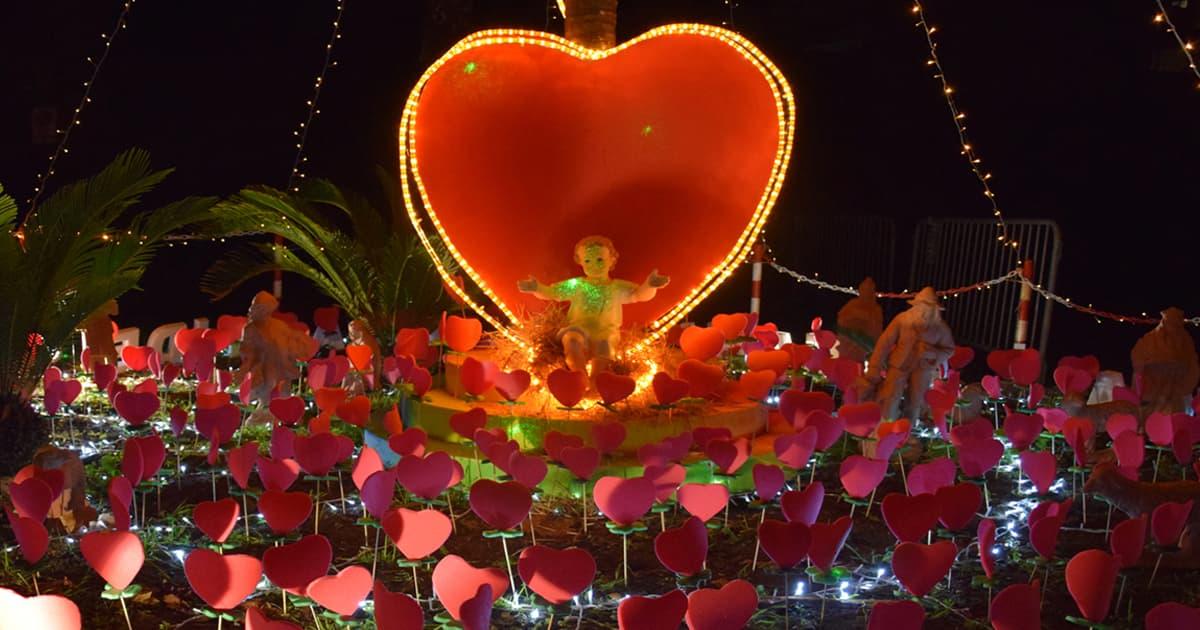 """Nel buio del cortile, nell'oscurità della notte, un cuore irradia luce… al centro del cuore il Dio-Bambino che spalanca le braccia e """"semina"""" cuori che colorano il mondo intero. Questa la sintesi dell'icona del presepe 2020, che fa bella mostra di sé nel cortile dell'Istituto Santo Spirito. Non si tratta solo di una tradizione, ma […]"""